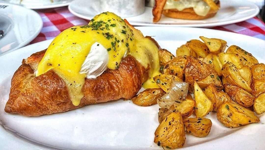 Egg benedict and potatoes
